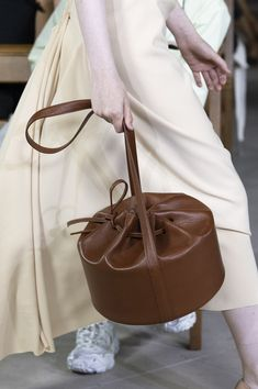 Mode at London Fashion Week Spring 2020 - Details Runway Photos - 2020 Fashions Woman's and Man's Trends 2020 Jewelry trends Stylish Handbags, Cheap Handbags, Fashion Handbags, Fashion Bags, Fashion Show, Luxury Handbags, Handbags Online, Fashion Spring, Fashion 2020
