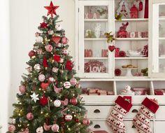 Ihr Weihnachtsbaum sieht jedes Jahr gleich aus und Sie wollen endlich einmal etwas anderes ausprobieren? Dann lassen Sie sich doch von diesen festlich geschmückten Bäumen inspirieren.