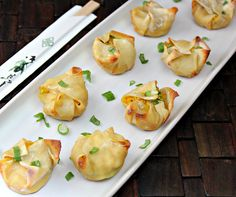 Baked Crab Rangoon ingredients: 24 wonton wrappers cooking spray 8 oz lump crab meat 1 tsp Worcestershire sauce tsp curry powder 1 tsp ground ginger tsp cayenne pepper (optional) cup reduced fat cream cheese cup scallions, washed and thinly sliced Healthy Recipes, Healthy Baking, Healthy Snacks, Cooking Recipes, Healthy Appetizers, Drink Recipes, Holiday Appetizers, Shower Appetizers, Party Appetizers