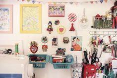 O quarto da Zilah Rodrigues - 4_ Com fita pregou na parede lembranças de viagens, de amigos e desenhos da sua filha.