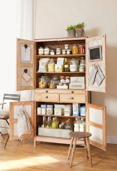 Utilizar un armario de poco fondo como despensa libera mucho espacio en la cocina. Puedes colocarlo en el comedor o en un pasillo.