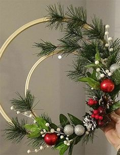 35 Festive Christmas Wall Decor Ideas that will Instantly Get You into the Holiday Spirit - The Trending House Front Door Christmas Decorations, Christmas Wreaths To Make, Christmas Flowers, Christmas Projects, Christmas Holidays, Christmas Ornaments, Xmas Crafts, Diy Wreath, Attendance