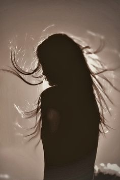 sunlight silhouette hair light effect dark Silhouette Photography, Shadow Photography, Portrait Photography, Fashion Photography, New Foto, Photographie Portrait Inspiration, Light And Shadow, Belle Photo, Black And White Photography