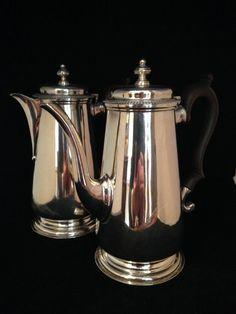 Zilveren koffie - thee kan, set van 2. Set van twee zilveren kannen, thee en koffie. Materiaal: Sterling zilver, gehalte 925. Land van herkomst: Engeland. Periode: 1920.