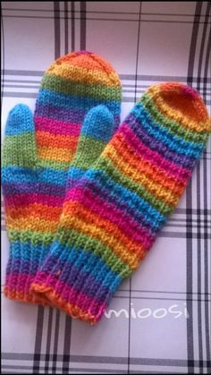 Lumioosi: Värikkäät vanttuut Knit Mittens, Knitting Socks, Knit Socks, Fun Projects, Fingerless Gloves, Arm Warmers, Cosy, Needlework, Knitwear