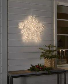 Fin LED silhuett fra Konstsmide i akryl med 90 varmhvite LED og form av et snøfnugg. Snøfnugget har multifunksjon slik at du kan velge mellom flere måter den kan lyse på. Heng den på husveggen og sett stemningen for vinteren! Decor, Lamp, Led, Lighting, Home Decor
