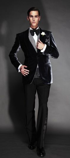 TOM FORD. Clásico: Smoking de terciopelo negro y pantalón en lana. Perfecto !!!