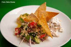 Oui Oui - Salpicão de frango ao limão, tabule de quinoa, Homus e torradas de pão Pita (almoço)