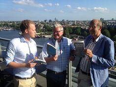 In de zonnige SkyLounge van Het Hilton in Amsterdam kregen de auteurs Frank den Butter, Nanko Boerma en Jelle Joustra vandaag hun eerste exemplaar van hun boek 'Koppelzones' uitgereikt. Een feestelijk moment en ze waren er trots op, wij ook! #koppelzones #frankdenbutter #nankoboerma #jellejoustra #futurouitgevers