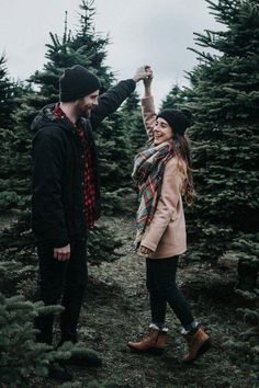 Christmas Pictures Family Outdoor, Christmas Pictures Outfits, Christmas Couple, Holiday Pictures, Christmas Pics, Christmas Tree Farm, Christmas Engagement Photos, Winter Engagement, Christmas Quotes