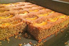 Ein Paleo Marillenkuchen mit Mohn schmeckt einzigartig und ist eine Sünde wert. Das Rezept aus Kokosöl, Mohn, Honig und Marillen.