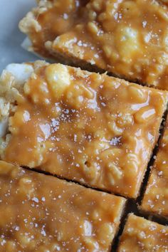 Peanut Butter Salted Caramel Krispie Treats - an easy twist on the original rice krispie treats recipe with peanut butter and caramel Kids love these as sweet lunchbox treats peanutbutter easyrecipes Köstliche Desserts, Delicious Desserts, Yummy Food, Healthy Food, Healthy Eating, Healthy Protein, Protein Snacks, Healthy Meals, Healthy Recipes