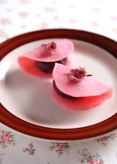 Japanese sakura mochi (pan-roast sakura rice cake)