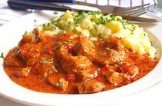 Vepřový paprikáš a halušky (nočky) Meat Recipes, Cooking Recipes, Healthy Recipes, Czech Recipes, Ethnic Recipes, Pork Meat, Stew, Curry, Food And Drink