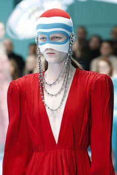 Gucci Fall 2018 Ready-to-Wear Fashion Show Details: See detail photos for Gucci Fall 2018 Ready-to-Wear collection. Look 130 Style Couture, Couture Fashion, High Fashion, Fashion Show, Womens Fashion, Fashion Brands, Alessandro Gucci, Studio Photography Poses, Tribal Costume