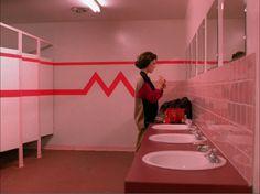 ladies room (Twin Peaks S1 E5)