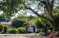 A 26ª edição da CASA COR Rio vai acontecer no coração da Zona Sul carioca: na Gávea. A partir de 11 de outubro se hospeda em uma belíssima residência de estilo eclético, rodeada por jardins de Burle Marx, árvores centenárias, lago e fonte. Localizada num terreno de 4 mil m², a residência tem cerca de  1 mil m² de área construída e pertenceu ao empresário Celso da Rocha Miranda, um dos donos da extinta companhia de aviação PanAir.