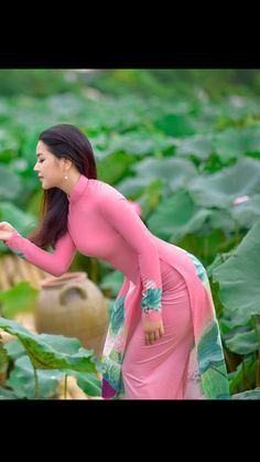 Gorgeous young lady in a Vietnamese long dress and beautiful long hair Vietnamese Clothing, Vietnamese Dress, Beautiful Hijab, Beautiful Asian Women, Ao Dai Wedding, Vietnam Costume, Vietnam Girl, Vietnamese Traditional Dress, Cute Beauty