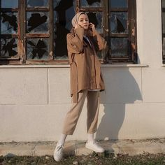 Görüntünün olası içeriği: 1 kişi, ayakta ve ayakkabılar Casual Hijab Outfit, Hijab Chic, Hijab Dress, Street Hijab Fashion, Muslim Fashion, Modest Fashion, Womens Fashion Online, Latest Fashion For Women, Mode Simple