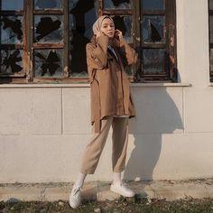 Görüntünün olası içeriği: 1 kişi, ayakta ve ayakkabılar Hijab Chic, Casual Hijab Outfit, Hijab Dress, Street Hijab Fashion, Muslim Fashion, Modest Fashion, Fashion Outfits, Modern Hijab Fashion, Muslim Girls