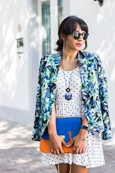 I love to mix patterns! You can give new life to the pieces you have in your closet just mix and matching prints. And believe me, it's not that hard! Mixing Prints, Pattern Mixing, Street Style Looks, New Life, Flower Patterns, Styling Tips, Cool Outfits, Kimono Top, Polka Dots