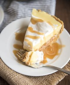 Caramel banana cream pie has a delicious graham cracker crust, a caramel layer, topped with banana pudding and whipped cream for a delicious twist on traditional banana cream pie! Banoffee Pie, Banana Cream Desserts, Köstliche Desserts, Dessert Recipes, Cream Pie Recipes, Sweet Pie, Pie Dessert, Banana Pudding, How Sweet Eats