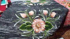 Manta em tapete com pintura de flor...   https://www.facebook.com/catiartesnapk2014