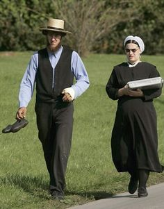 Amish couple walking to some where. The woman looks like she's carrying a cake. Amish Family, Amish Farm, Amish Country, Amish Culture, Holmes County, Amish Community, Lancaster County, Looking For Women, Lifestyle