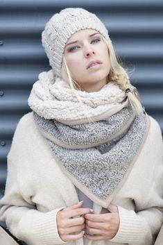 Model Birte  Stoere vrouwelijke sjalen van Stolt. Hip, vrouwelijk en draagbaar dat staat voor STOLT! Een sjaal is veel meer dan een warm houdertje. Het is de finishing touch. Het geeft net even wat extra aan je zwarte jurkje of je sportieve outfit. STOLT! maakt gebruik van hoogwaardige kwaliteit stoffen en fournituren.  Rechthoekige driehoek sjaal 180×70 Buitenzijde: blauw leer look Binnenzijde: beige teddy Afgewerkt met beige bies en bruine leren gesp