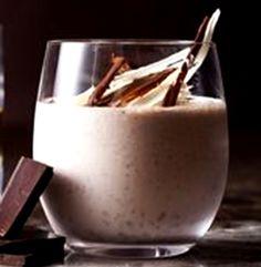 …. absoluut heerlik ! 20 ml koffiepoeier 125 ml kookwater 300 g malvalekkers 1 blik (410 g) ingedampte melk 60 ml Amarula-room 125 ml gekapte neute Los die koffie in die water op. Giet in gro…