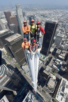 Such bravery of these Ironworkers atop of the spire at Wilshire Grand Tower in Los Angeles. Great Photos, Cool Pictures, Funny Pictures, Funny Pics, Funny Memes, Wow Photo, Photo Souvenir, Scary Places, Construction