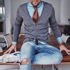 Nail the cool and casual look by opting for a grey cardigan and light blue ripped skinny jeans. Gents Fashion, Timeless Fashion, Mode Outfits, Fashion Outfits, Casual Wear, Casual Outfits, Moda Hipster, Mode Man, Style Masculin