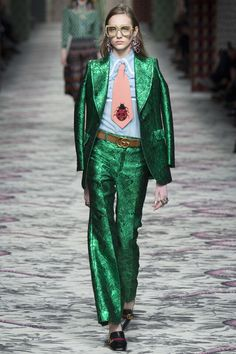 Текстура и ткань костюма в сочетании с рубашкой иного стиля #необычно. Деталь в виде массивного галстука. Незаурядная деталь в виде божьей коровки. Обувь!