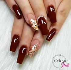 On average, the finger nails grow from 3 to millimeters per month. If it is difficult to change their growth rate, however, it is possible to cheat on their appearance and length through false nails. Gold Acrylic Nails, Simple Acrylic Nails, Rose Gold Nails, Acrylic Nail Designs, Red And Gold Nails, Maroon Nails Burgundy, Acrylic Gel, Brown Nail Designs, Acrylic Nails For Fall