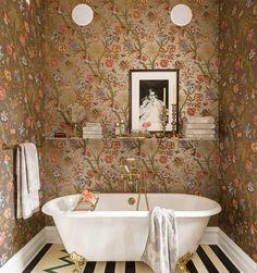 petite salle de bains avec papier peint floral rétro et baignoire ancienne
