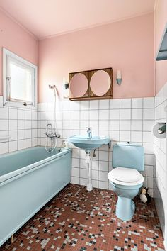 Halvkaklat badrum med mosaik | Rydal, Fastighetsbyrån Bathroom Design Small, Bathroom Interior Design, Bathroom Inspo, Bathroom Colors, Bathroom Inspiration, Vintage Bathrooms, 1950s Bathroom, Family Bathroom, Washroom