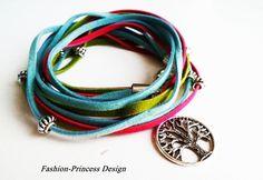 Hier biete ich ein schönes Leder Wickelarmband aus Velourleder. In sommerlichen Farben wie pastelltürkis,pink und apfelgrün.  Am Verschluss befin...