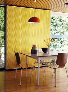 This retro dining area features the Linear Stem wallpaper from the Orla Kiely collection by Harlequin Orla Kiely, Retro Home, Mid-century Modern, Room Inspiration, Interior Inspiration, Harlequin Wallpaper, Diy Wallpaper, Turbulence Deco, Style Deco