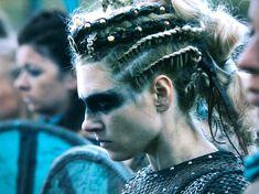 Lagertha's battle look versus Harald and Ivar - Vikings Viking Shield Maiden, Viking Battle, Viking Warrior, Ivar Vikings, Vikings Ragnar, Norse Vikings, Vikings Tv Series, Vikings Tv Show, Viking Makeup
