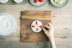 手作りスマッシュケーキのレシピで食パンにフルーツをのせる Bamboo Cutting Board, Cook, Birthday, Baby, Birthdays, Baby Humor, Infant, Babies, Dirt Bike Birthday