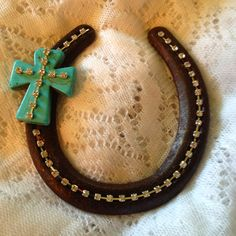 so many old horse shoes laying around I could use for this! Such a great idea and its really adorable.
