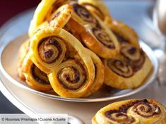 Recette Palmiers aux deux truffes. Ingrédients (4 personnes) : 2 rouleaux de pâte feuilletée, 1 bocal de 50 g de purée de truffe blanche (Maison de la Truffe), 1 bocal de 50 g de purée de truffe noire (Maison de la Truffe)... - Découvrez toutes nos idées de repas et recettes sur Cuisine Actuelle