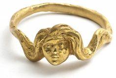 * Alberto Giacometti a réalisé de très rares bijoux pour Elsa Schiaparelli, autour de 1935 : quelques boutons, une fausse pièce de monnaie, un motif de tête (conçue pour être montée sur des boîtes à cigare) et enfin ce modèle de bracelet.