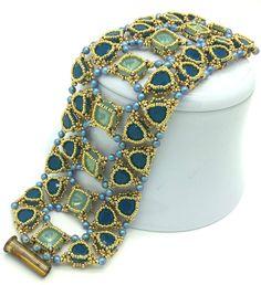 Uploaded by La Perla Benatta. Over-the-top lovely square and triangular bezels Diy Jewelry, Jewlery, Beaded Cuff Bracelet, Beading Tutorials, Handmade Accessories, Bead Weaving, Beaded Embroidery, Beadwork, Seed Beads