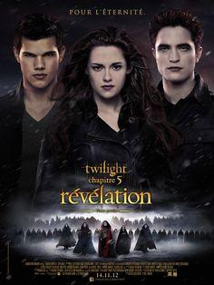 Affiche du film Twilight - Chapitre 5 : Révélation 2e partie - Après la naissance de sa fille Renesmée, Bella s'adapte peu à peu à sa nouvelle vie de vampire avec le soutien d'Edward. Se sentant menacés par cette naissance d'un nouveau genre, les Volturi déclarent la guerre à la famille Cullen. Pour préparer leur défense, les Cullen vont parcourir le monde pour rassembler les familles de vampires alliées et tenter de repousser les Volturi lors d'un ultime affrontement.