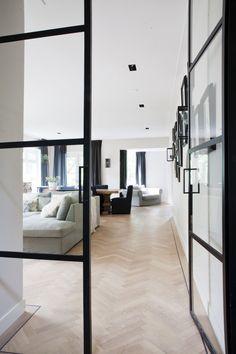 Mooie deuren, zwarte accenten, naturel vloer in visgraat patroon