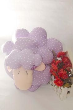 Muñeco hecho a mano con la forma de una ovejita. Está hecho con tela popelina color lila estampada, carita y orejas hechas con tela popelina, decorada con rosas de raso y colita de lana.