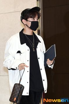 """""""BTS at the Gimpo Airport heading to Hong Kong"""" 🌟BTS en el Aeropuerto Gimpo camino a Hong Kong Jhope, Bts Bangtan Boy, Jimin, Bts Boys, Seokjin, Namjoon, Taehyung, Bts Airport, Airport Style"""