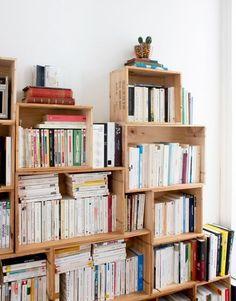 bibliothèque caisse de vin, etageres pour ranger des livres, structure asymetruque, meuble en cagette à fabriquer soi meme
