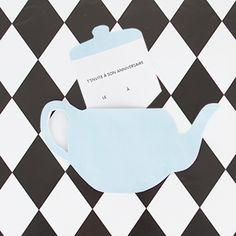 Une liste de do it yourself simples, rapides et gratuits qui vous permettra de réaliser des cartons d'invitation et des toppers. Ces activités sont parfaites pour un anniversaire de fille sur le thème d'Alice au pays des merveilles.